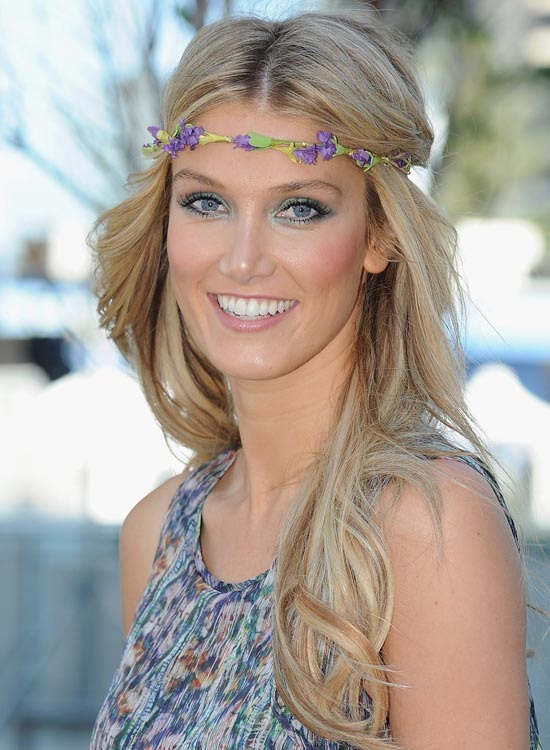 Delicate-Flowers-Headband Best Hippie Hairstyles