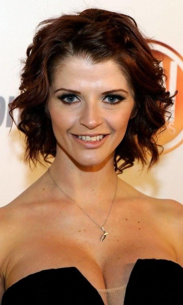 Red-Carpet-Waves-with-Short-Hair Style Personified Short Hairstyles for Young Women