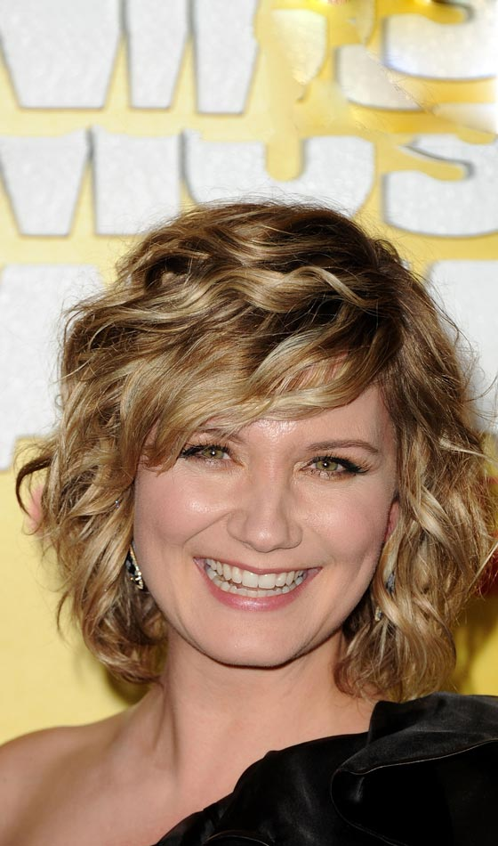 Wavy-Bob-In-Dirty-Blonde-Highlights Trendy Highlighted Bob Hairstyles You Can Try Today
