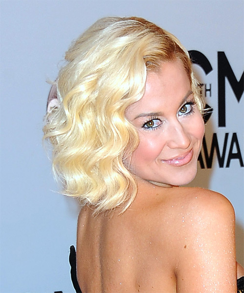 Kellie-Pickler-Short-Wavy-Bob-Hairstyle Hottest And Trendy Bob Haircuts For Stylish Look