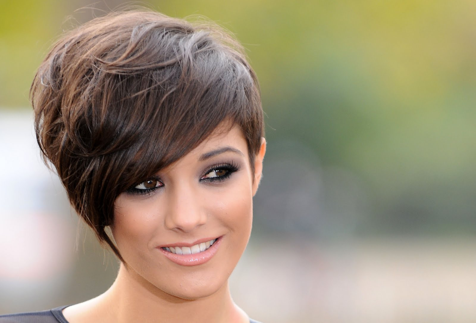 Pixie-With-Side-Fringes Celebrity Short Hairstyles for Glamorous Look