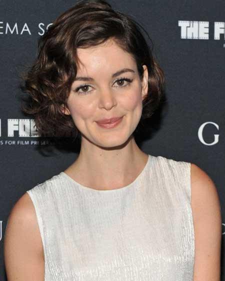 Cute-Medium-Short-Hair-1 Short Curly Women's Hairstyles