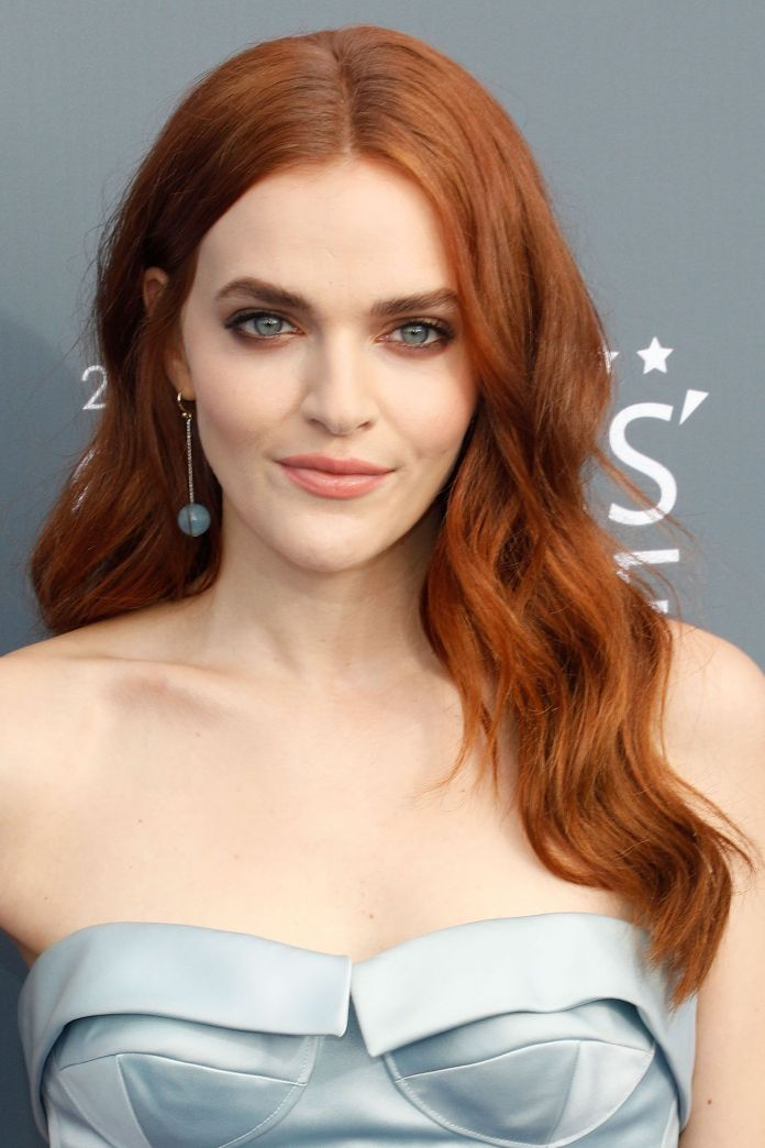 Medium-Length-Wavy-Hair Redhead Hairstyles for Sultry and Sassy Look