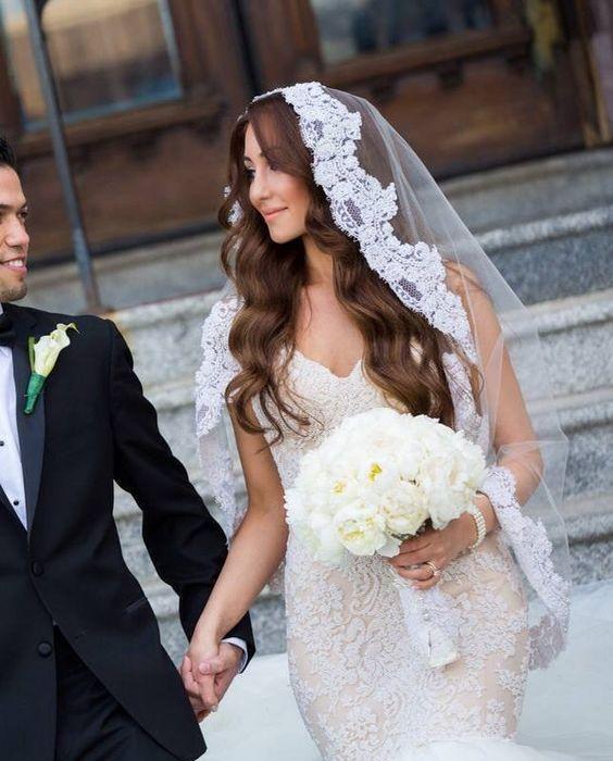 Very-Loose-Waves-Big-Veil 15 Stunning Bridal Hairstyles