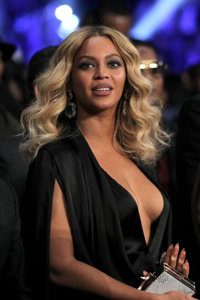 Wavy-Blonde-Curls Most Trendy and Terrific Medium Hairstyles 2020