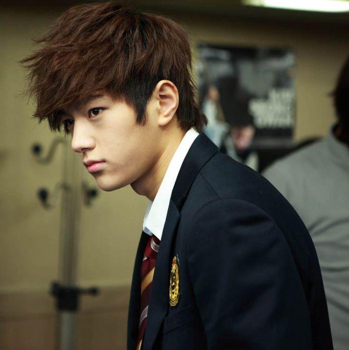 Messy-Teenage-Haircut Dashing Korean Hairstyles for Men