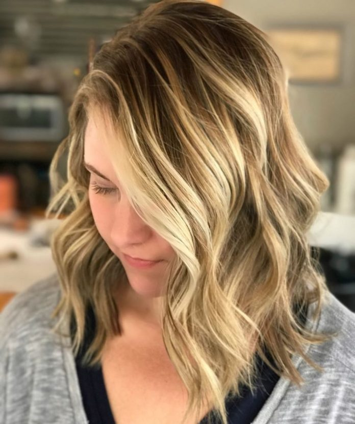 Blonde-Wavy-Mid-Length-Hair 25 Stupendous Hairstyles for Round Faces