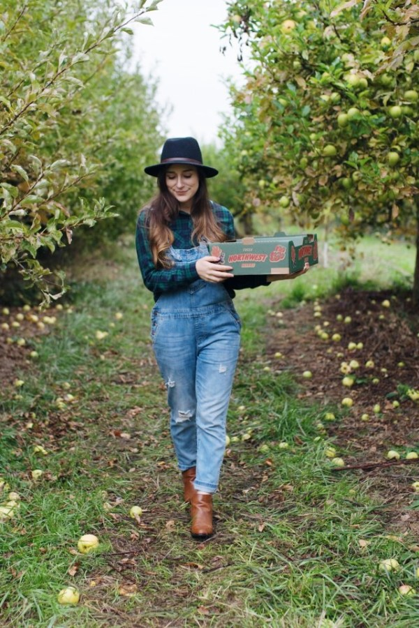 apple picking, apples, fall, fun, tradition, sauvie island, portland, oregon, orchard, fashion, fall outfit, overalls, flannels
