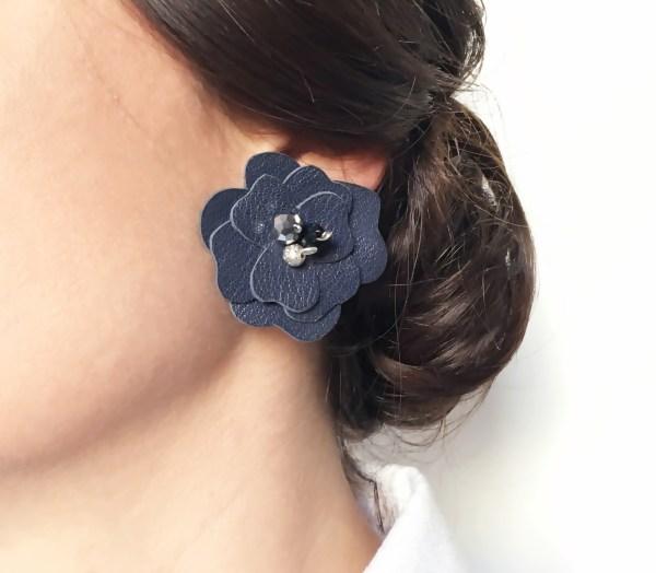 cercei statement floare piele albastra sashaccessories detaliu