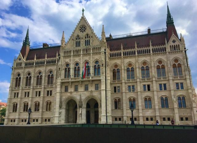 in fata Parlamentului Ungariei Budapesta theurbandiva blog vacanta