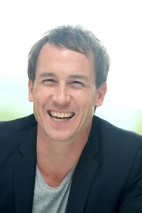 tobias-menzies-outlander-press-conference-portraits-by-munawar