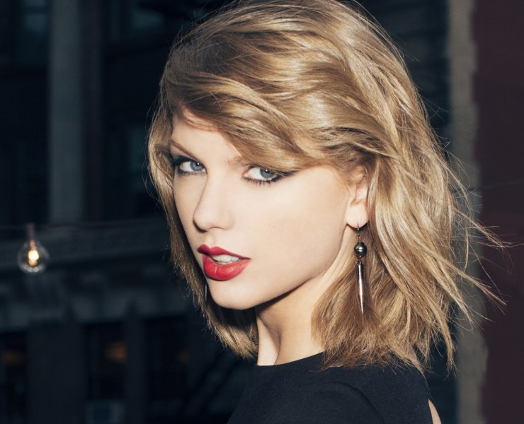 taylor swift retaliates against broadcaster who squeezed her buttocks