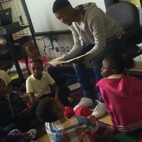 Lor Scoota reading to the kids