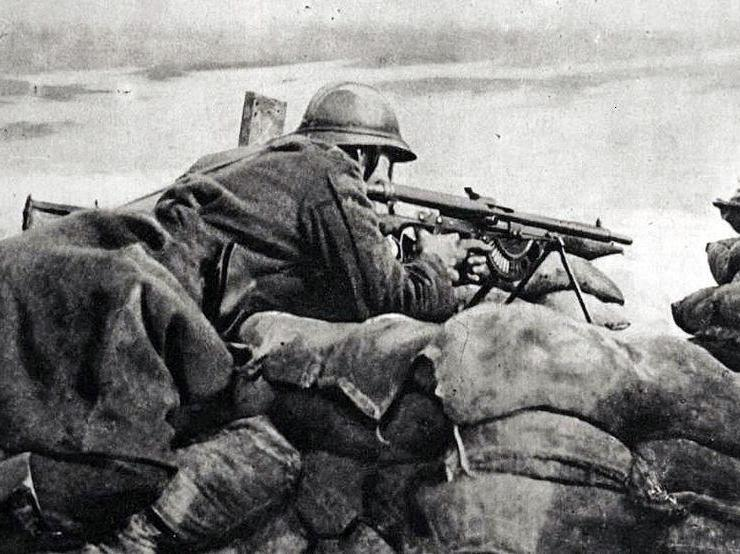 A machine gunner using the Modele 1915 CSRG Chauchat to defend a trench