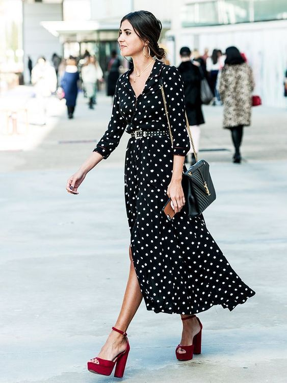 The polka dots will continue to be fashionable this season, mainly in black and white. This print we will see in blouses, pants, dresses, accessories, etc., and in all sizes from the smallest to the largest moles.
