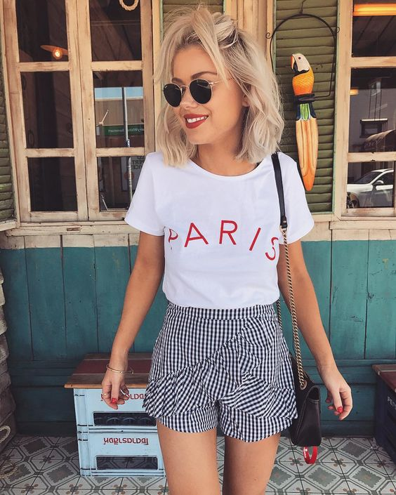 The basic white shirts with phrases, logos or some kind of graphic; This type of garment is very versatile since we can combine it with skirts, jeans, formal pants, etc.