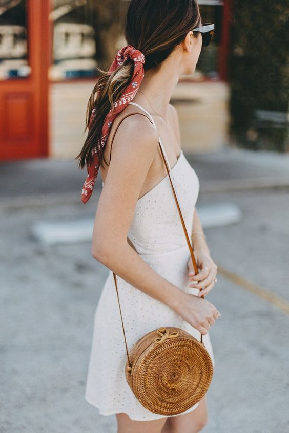 As for accessories some seasons, ago they are using wicker bags enough, we can find them in beach versions and in more sophisticated versions. At first, I did not like this trend very much but I think I'm going to look for one, they look great with white dresses and skirts.