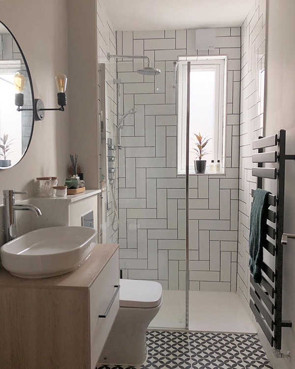 A small bathroom with a broad-spike tile
