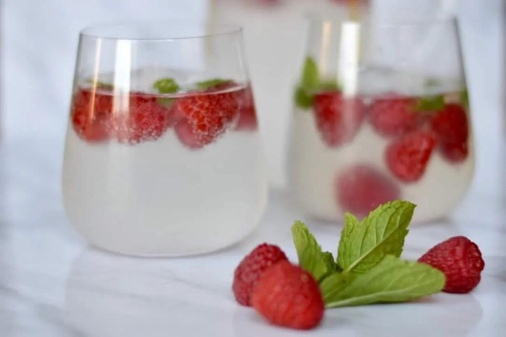 Raspberry gin smash