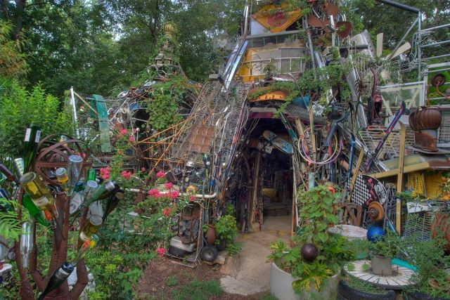 Installation made from discarded items