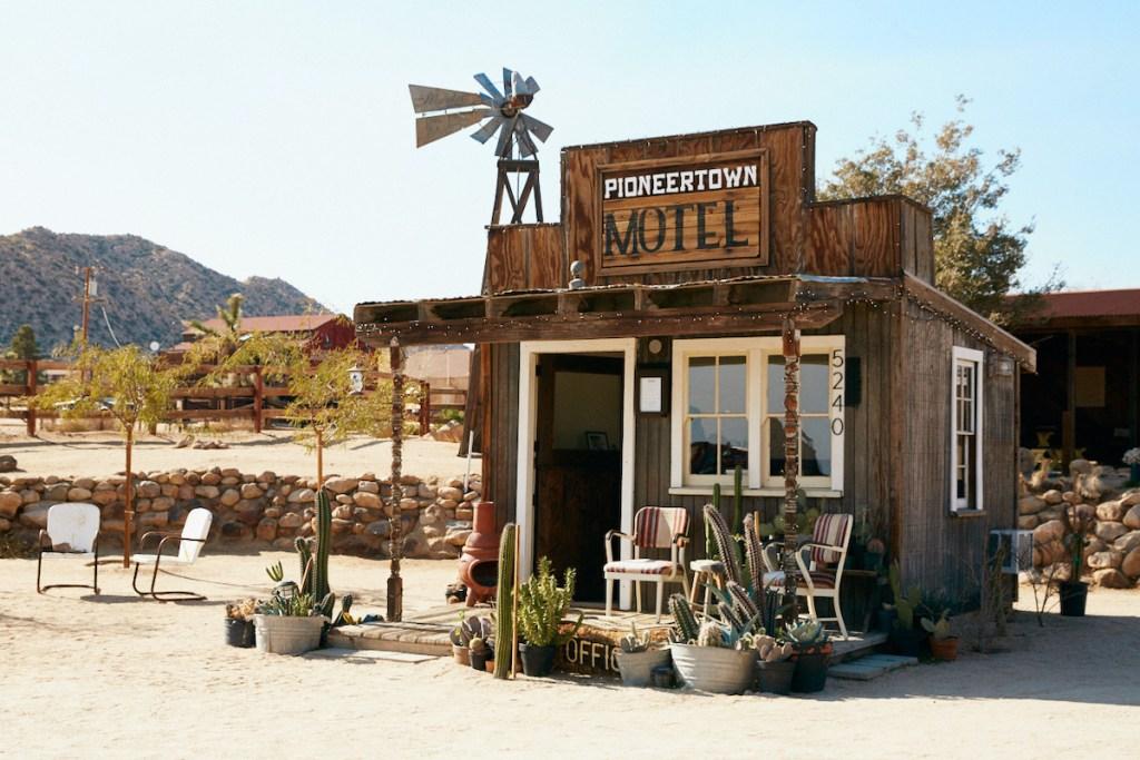 2020/11/pioneertown-motel-lobby.jpg?fit=1200,800&ssl=1