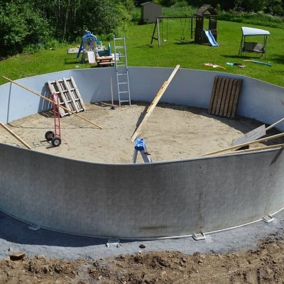 Putting up the walls of an above ground pool