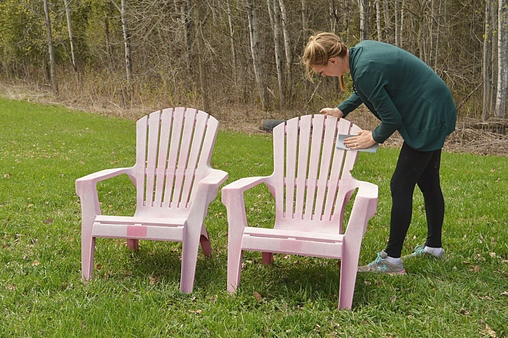 DIY painted plastic lawn chairs