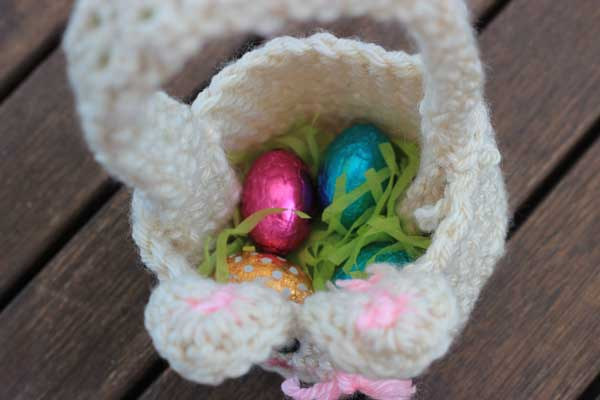 Looking for an Easter Basket? Why not try this super-simple (but super-cute) Easter Bunny free crochet pattern. Beginner-friendly!