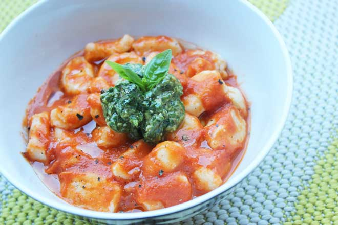 Ricotta gnocchi with roasted tomato sauce and chunky pesto | a super simple summer weeknight dish, great for vegetarian dinners or when you just want a quick pasta dish | theveggiemama.com