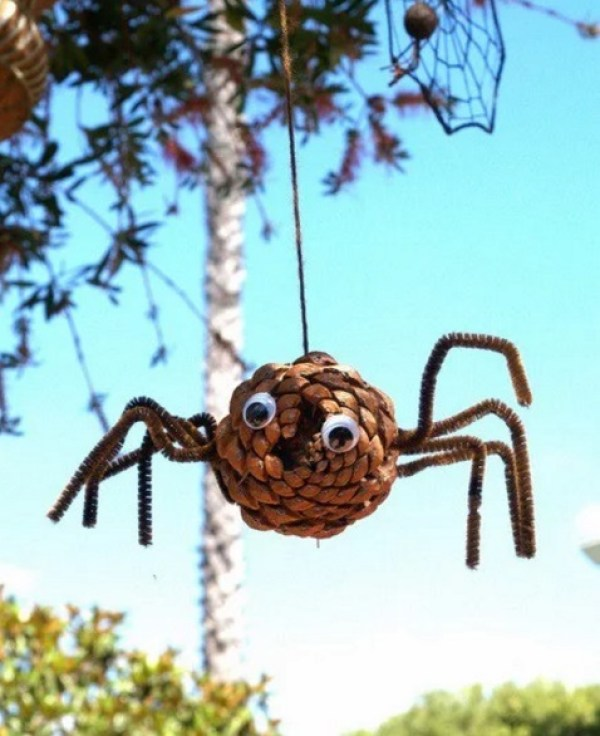 Pine Cone Spider for Halloween