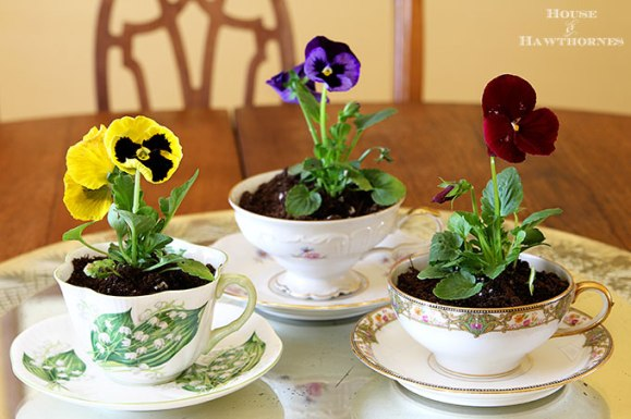Bright Pansies pop against the subdued cream coloured crockery Image source: http://www.houseofhawthornes.com/spring-table-decor/