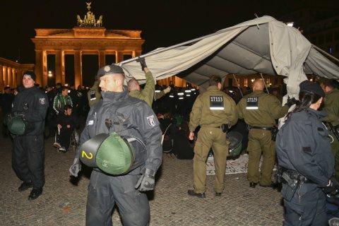 Pressemitteilung: Hungerstreikende Asylsuchende verbringen eine weitere Nacht vor dem Brandenburger Tor