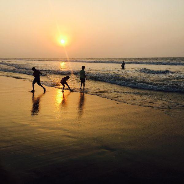 Puri-Beach-kids