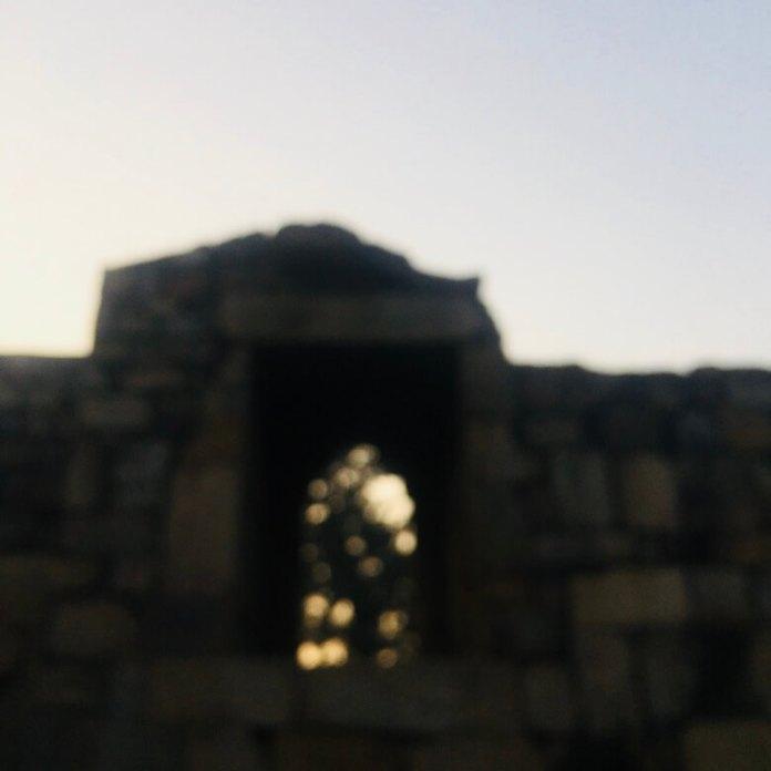 Qutub Minar, Delhi, India || Old structure out of focus