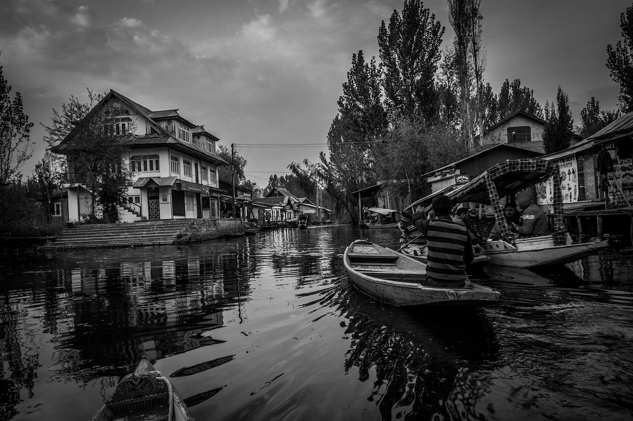 dal-lake-kashmir-india