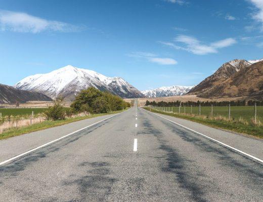Rechte weg richting besneeuwde berg