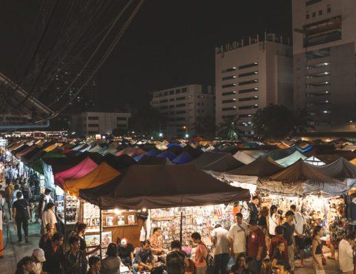 Overzicht over gekleurde eettenten op Ratchada Train Night Market Bangkok.