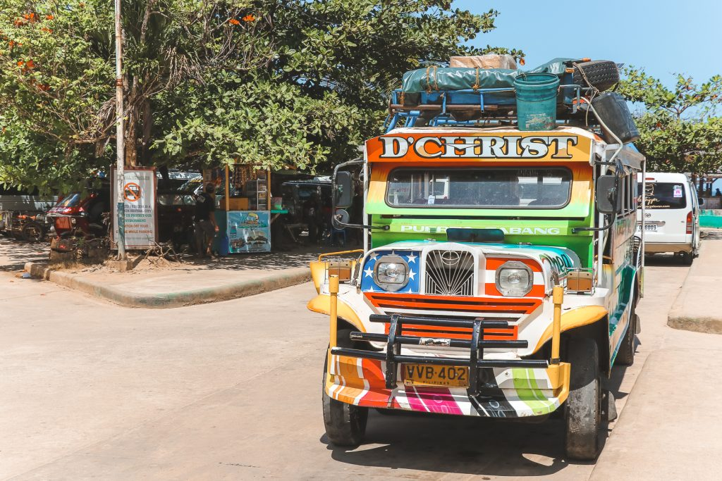 Vrolijk gekleurde 'jeepney' in Sabang, Palawan.