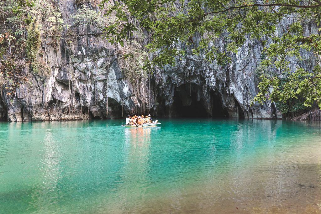 Blauwe rivier naar underground river met bootje.