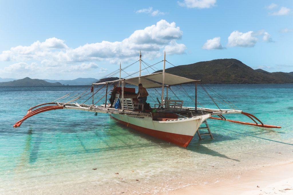 Filipijnse houten boot op zandbank bij Palawan.