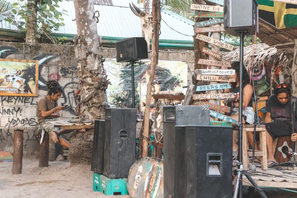 Houten wegwijzers bij strandtent Filipijnen.