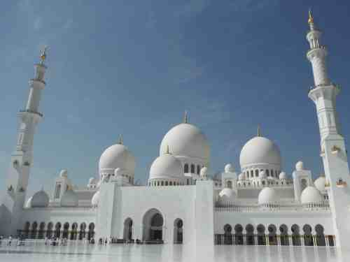 Visiting the Sheikh Zayed Grand Mosque in Abu Dhabi from Dubai