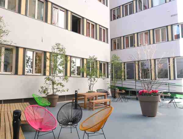 RomeHello Hostel Review, The RomeHello Hostel courtyard