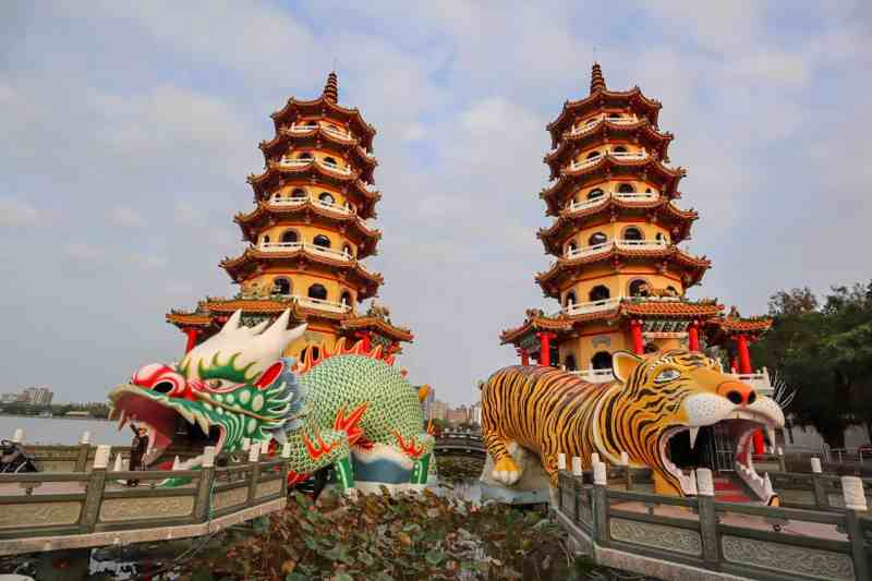 best places to visit in Taiwan, dragon and tiger pagoda kaohsiung