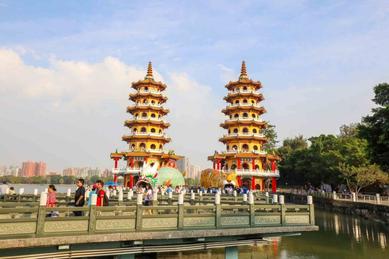 Dragon and Tiger Pagoda Lotus Pond Kaohsiung how to visit