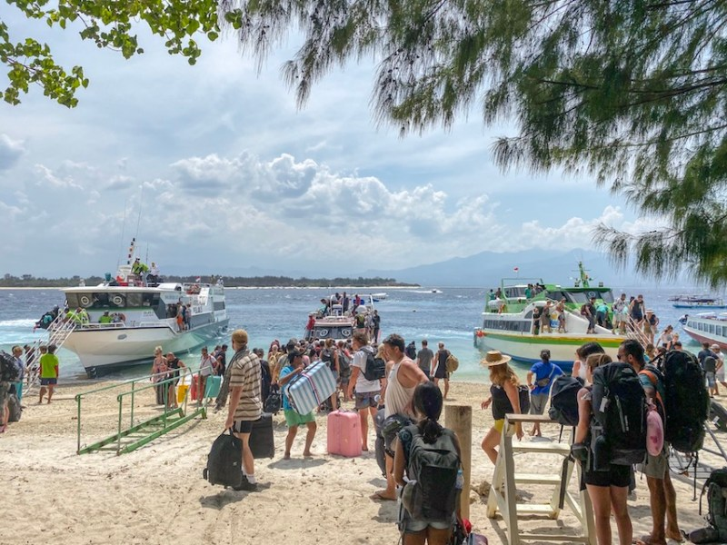 boats and backpackers arriving on Gili T   how to get to Gili T