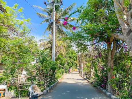 Gili Air streets and flowers | things to do in Gili Air