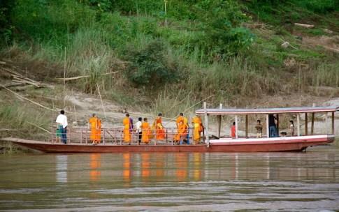 monaci sbarcano in prossimità di un tempio