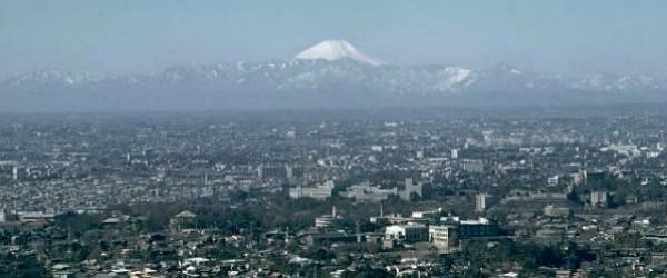 """Un número cada vez mayor de pequeños terremotos cercanos y bajo el volcán más alto y más notable de Japón, el monte.  Fuji (dentro de un radio de 30 km), se refieren a los funcionarios gubernamentales y locales.  En el peor de los casos, una nueva erupción del Monte Fuji podría obligar a algunos 567.000 personas a abandonar sus hogares.  Un nuevo plan de evacuación por la Prefectura de Shizuoka El Gobierno asume que más de 130.000 personas desde aprox.  50.000 hogares tendrían que trasladarse si """"lava"""" iban a llegar a zonas residenciales de la ciudad de Fuji situado justo al sur de la montaña de 3.776 metros de altura.  El plan se basa en un mapa de riesgos elaborado por el gobierno central ..."""