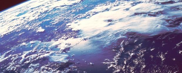 """El agujero en la capa de ozono sobre la Antártida ha provocado cambios en la forma en que las aguas de los océanos del sur mix, que tiene el potencial de alterar la cantidad de CO2 en la atmósfera y eventualmente podría tener un impacto en el cambio climático global, según científicos de la tierra Johns Hopkins University.  El equipo de investigación dirigido por Darryn W. Waugh encontró que las aguas subtropicales intermedios en los océanos del sur se han convertido en """"más joven"""", como las aguas de surgencia, circumpolares han conseguido """"más viejo"""".  Estas son consistentes con el hecho de que los vientos superficiales se han fortalecido como la capa de ozono se ha adelgazado.  Los océanos del sur tienen un importante ..."""